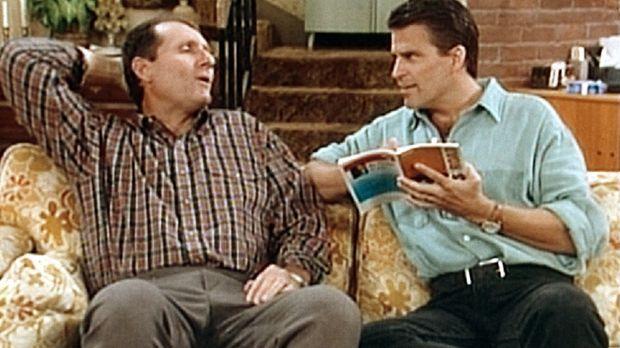 Jefferson (Ted McGinley, r.) hilft Al Bundy (Ed O'Neill, l.) bei der Vorberei...