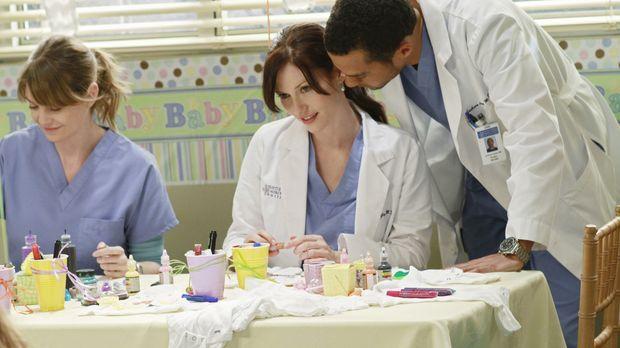 Während Chief Webber möchte, dass Derek und Meredith (Ellen Pompeo, l.) seine...