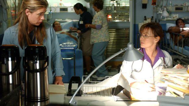 Dr. Weaver (Laura Innes, r.) möchte Abby (Maura Tierney, l.) nicht als Kranke...