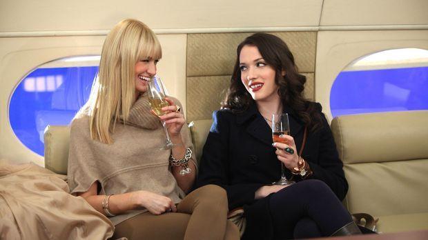 Während Caroline (Beth Behrs, l.) sich ausgesprochen wohl im Privatjet fühlt,...