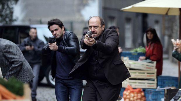 Nachdem der italienische Drogenbaron Nicola Conti um eine Menge Geld, Stoff u...