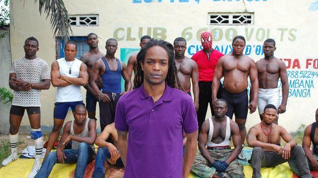 In der demokratische Republik Kongo taucht Seyi Rhodes (vorne) in die außerge...