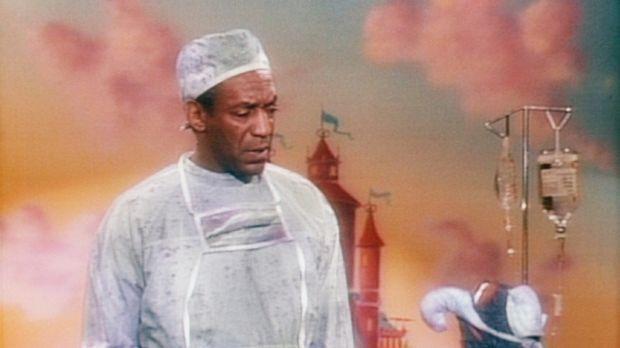 Gonzo (r.) erklärt Cliff (Bill Cosby, l.), dass er bei der Entbindung eines M...