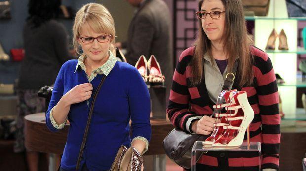 Beim shoppen erfahren Amy (Mayim Bialik, r.) und Penny, dass Bernadette (Meli...