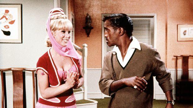 Jeannie (Barbara Eden, l.) zaubert den leibhaftigen Sammy Davis jr. (Sammy Da...