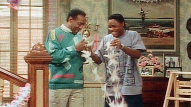 Cliff (Bill Cosby, l.) und Theo (Malcolm-Jamal Warner, r.) dekorieren das Woh...