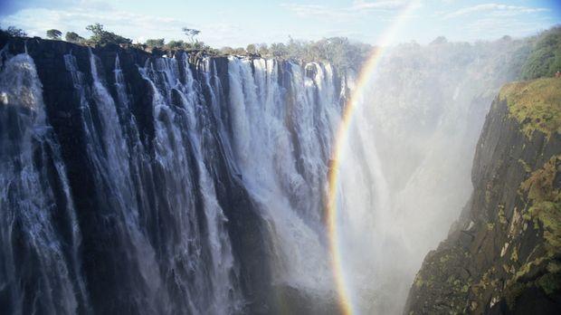 Der Wasser-Sprühnebel der Victoriafälle steigt bis auf 300 Meter Höhe auf und...