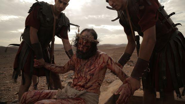 Nach seiner Kreuzigung nehmen römische Soldaten Jesus von seinem Kreuz.