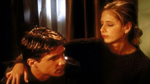 Buffy (Sarah Michelle Gellar, r.) ist froh, dass Riley (Marc Blucas, l.) von...
