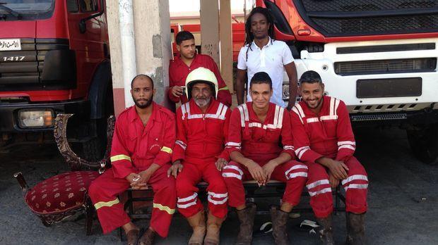 Reporter Seyi Rhodes (hinten r.) verschlägt es nach Tripoli. Dort sucht er na...