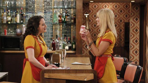 Schon bald steht der Valentinstag vor der Tür, und Caroline (Beth Behrs, r.)...