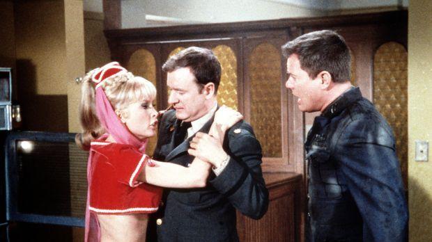 Tony (Larry Hagman, r.) ist für Jeannie (Barbara Eden, l.) plötzlich abstoßen...