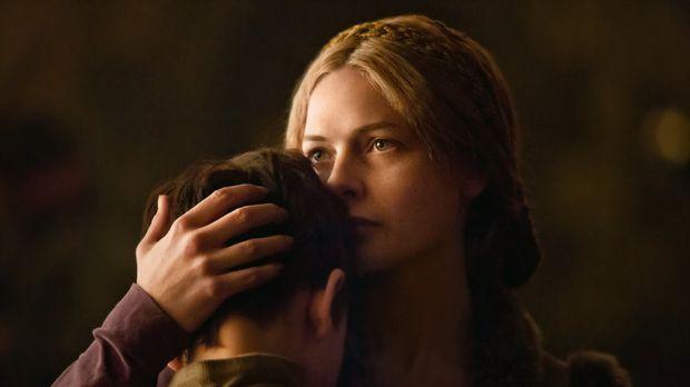 Elizabeth Woodville (Rebecca Ferguson, r.) nimmt Abschied von ihrem Sohn Prin...