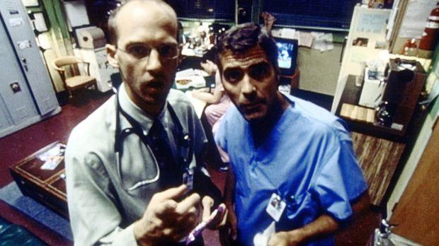 Dr. Greene (Anthony Edwards, l.) und Dr. Ross (George Clooney, r.) stellen mi...