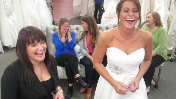Während Kristina nach einem Kleid sucht, das sie bisher nur auf Fotos gesehen...