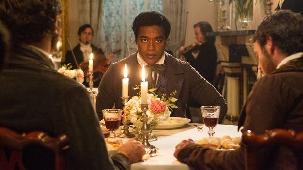 1841, Saratoga Springs, New York: Solomon Northup (Chiwetel Ejiofer) lebt als...