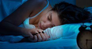 Wer abends kohlenhydratarm isst, schläft erholsam und verliert auf natürliche...