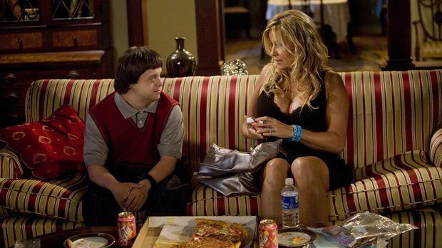 Tom (Luke Zimmerman, l.) nutzt das leere Haus und bestellt sich die Prostitui...