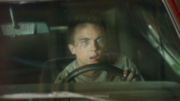 Malcolm (Frankie Muniz) kauft sich ein neues Auto, welches ihm jedoch nur Ärg...