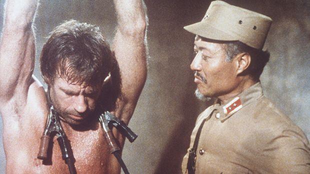 Um seine Frau und seinen Sohn zu befreien, kehrt Braddock (Chuck Norris, l.)...