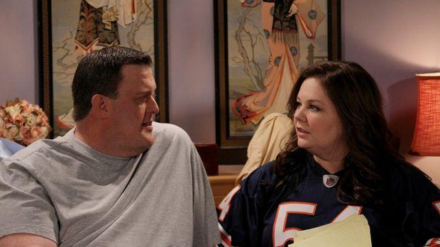 Molly (Melissa McCarthy, r.) möchte, dass sie und Mike (Billy Gardell, l.) si...