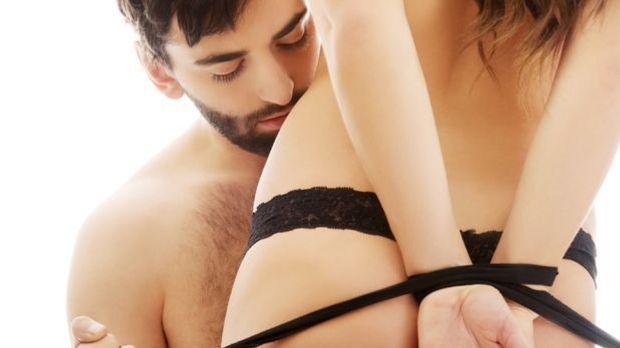 Paar beim Bondage-Sex