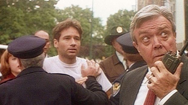 Detective Thomson (Wayne Tippit, r.) von der Polizei in Atlantic City hindert...