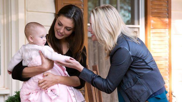Als Cami (Leah Pipes, r.) auf Hayley (Phoebe Tonkin, l.) und die kleine Hope...
