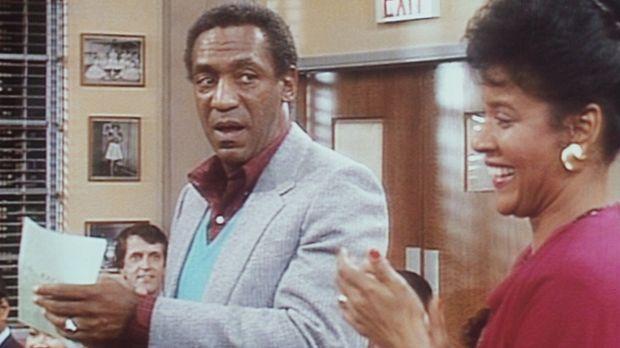 Cliff (Bill Cosby, l.) und Clair (Phylicia Rashad, r.) besuchen ein Schülerko...