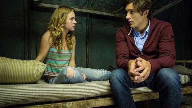 Während Angie (Britt Robertson, l.) noch immer von Junior (Alex Koch, r.) im...