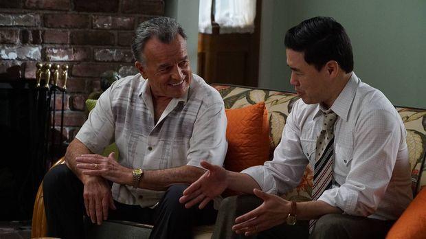 Marvin (Ray Wise, l.) weiß, dass Louis (Randall Park) und Jessica im Alltag g...