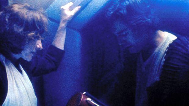 John Virgil (Eric McCormack, r.) will einen Behälter mit Serum zu seinem von...