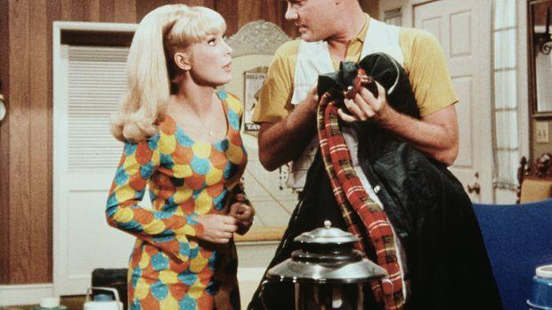 Jeannie (Barbara Eden, l.) erfährt von Tony (Larry Hagman, r.), dass der geme...