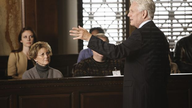 Bezirksstaatsanwalt Lou Karnacki (Bruce Davison, r.) hält sein Plädoyer in ei...