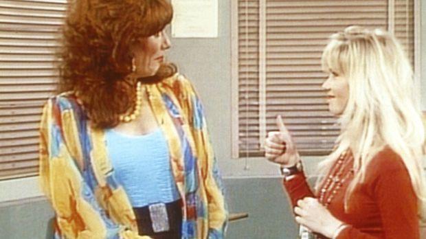 Peggy (Katey Sagal, l.) besucht mit Kelly (Christina Applegate, r.) die Schul...