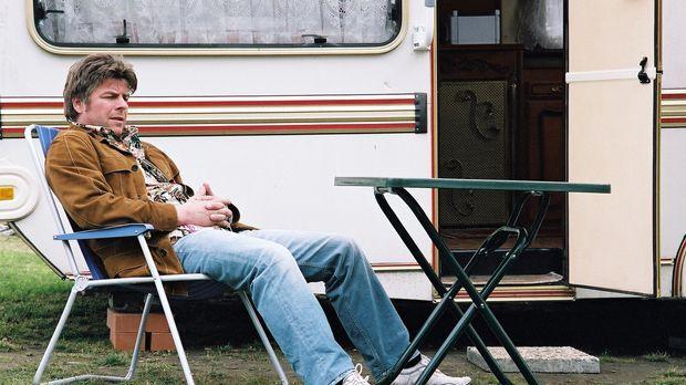 Jupp (Uwe Fellensiek) ermittelt undercover auf dem Campingplatz und beobachte...