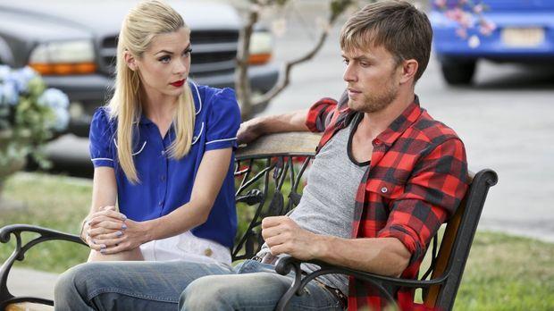 Wade (Wilson Bethel, r.) bekommt von Lemon (Jaime King, l.) einen Rat in Sach...