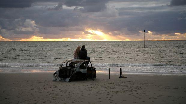 Genießen einen traumhaften Sonnenuntergang: Tim (Jimi Blue Ochsenknecht, r.)...