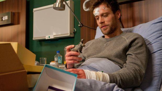 Kurz vor der OP erhält Felix (Ken Duken) noch ein Paket - von Julia ... © Chr...