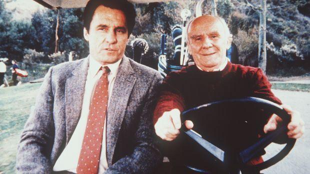 Weathers (Douglas Seale, r.) und Lieutenant Trask (Beau Starr, l.) handeln mi...