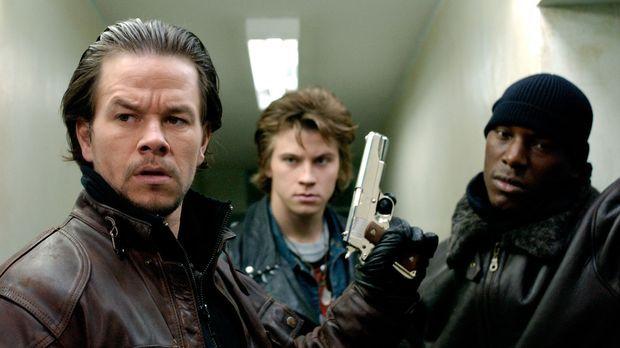 Mit gezogenen Waffen machen sich Bobby (Mark Wahlberg, l.), Jack (Garrett Hed...