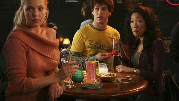Nach einer anstrengenden Schicht, versuchen sich Meredith, Cristina (Sandra O...