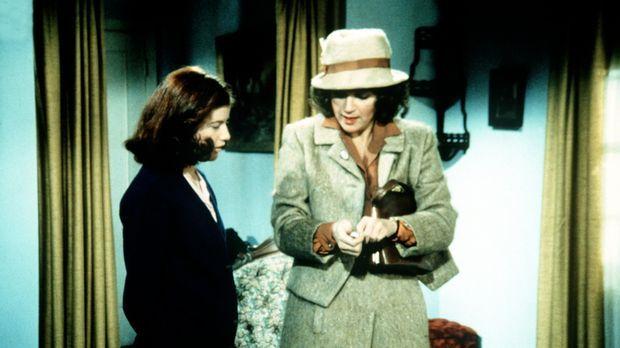 Elizabeth (Kami Cotler, l.) zeigt der Lehrerin Hazel Lamphere (Susan Krebs, r...