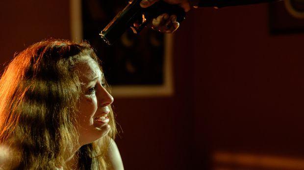 Die 17-jährige Melissa (Cydney Penner) wird von sechs Männern entführt und ge...