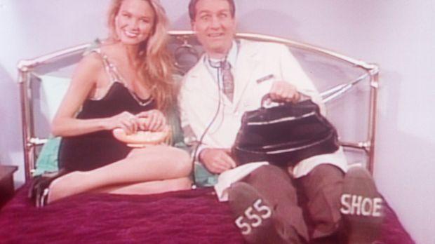 Mit der attraktiven Blondine Muffy (Kari Whitman, l.) macht Al (Ed O'Neill, r...