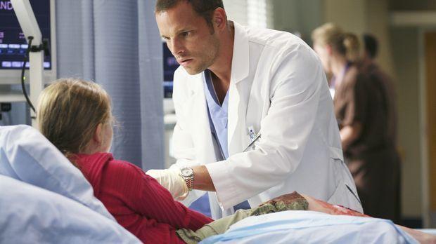 Alex (Justin Chambers, r.) kümmert sich um die  kleine Megan (Abigail Breslin...