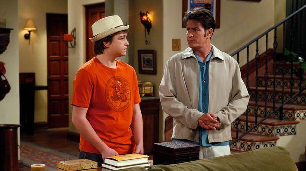 Jake (Angus T. Jones, l.) chauffiert seinen Onkel Charlie (Charlie Sheen, r.)...