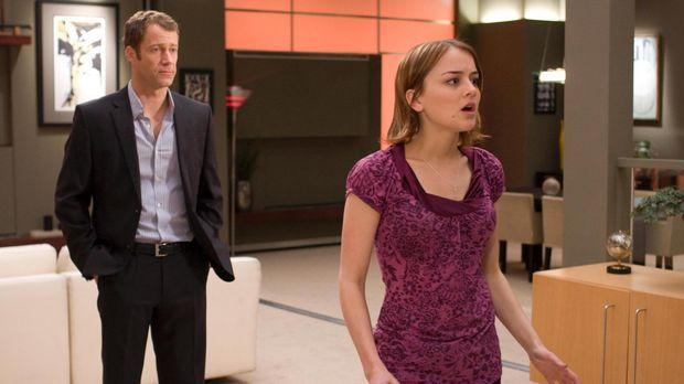 Zoe (Jordan Hinson, r.) stattet ihrem Vater (Colin Ferguson, l.) und Eureka e...
