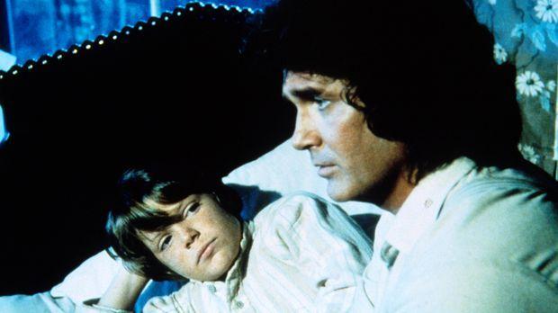 Charles Ingalls (Michael Landon, r.) kümmert sich um den kleinen Thomas (Bobb...
