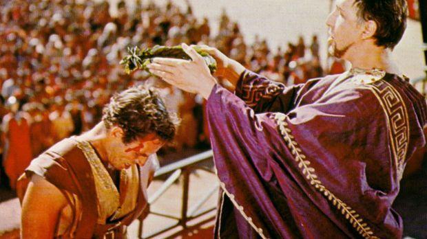 Nach dem Wagenrennen empfängt Ben Hur (Charlton Heston, l.) von Pontius Pilat...